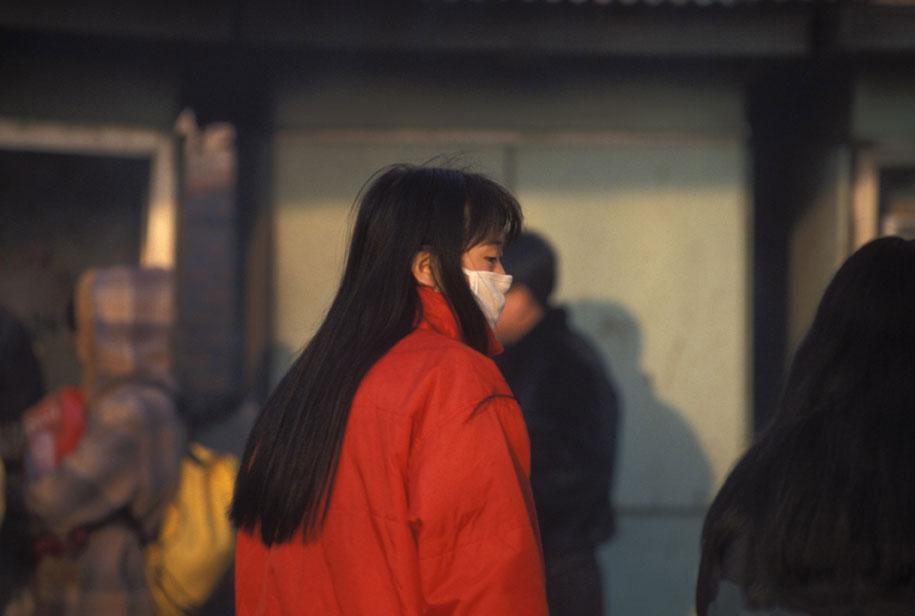 Femme portant un masque contre le pollution en Chine